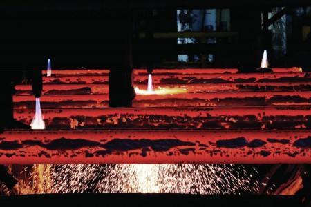فولاد زیر تیغ قطعی برق.